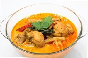 curry kyckling med bambuskott, thailändsk mat foto