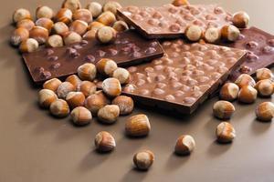 choklad med hasselnötter foto