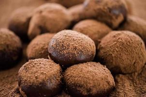 brigadeiro gourmet täckt med kakaopulver foto