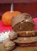bröd med pumpa, valnötter och vit choklad foto