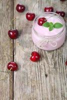 körsbärsjoghurt och körsbär foto