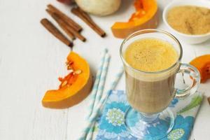 pumpalatte - kaffe med pumpakräm och varma drycker.