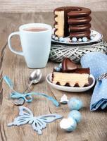 tyska baumkuchen med vårdekorationer foto