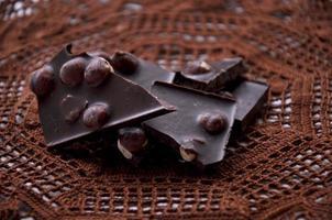 bitar av choklad på en virkad servett foto