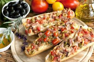 varma smörgåsar med ost, kött och grönsaker foto