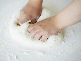 knådning av brödmatlagning foto