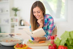 ung kvinna matlagning foto
