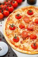 vegetarisk pizza med körsbärstomater foto