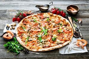 stor välsmakande pizza foto