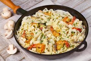 krämig räka och svamp pasta foto