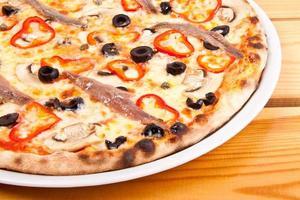pizza med oliver och fisk foto