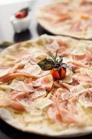 italiensk pizza med tomat foto
