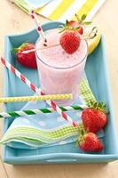 mjölk skaka med färska jordgubbar foto