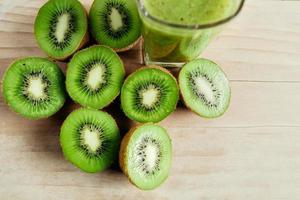 tropisk färsk kiwi smoothie blandad på träbord