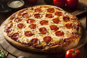 varm hemlagad pepperonipizza foto