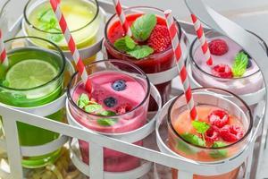 läcker smoothie med bärfrukter foto