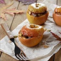 hemlagade ugnsbakade äpplen foto