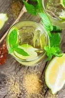 limonad med färsk citron och lime foto