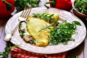 omelett fylld med spenat och svamp. foto