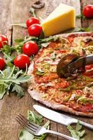 läcker pizza på bordet foto