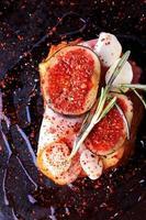 smörgås med baconfikon med mozzarella och kryddig med rosmarin foto