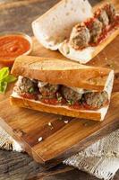varm och hemlagad kryddig köttbullsubsmörgås foto
