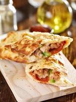 stromboli fylld italiensk smörgås foto