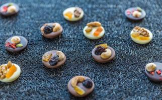 schweiziska chokladgodisar med nötter och torkad frukt foto