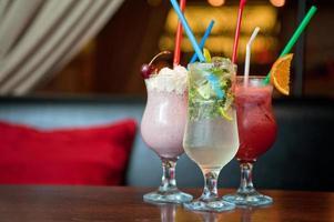 tre hälsosamma alkoholfritt cocktails foto