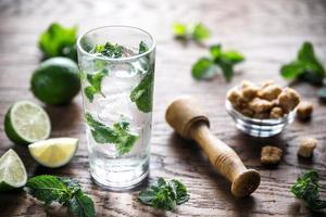 glas mojito med ingredienser foto