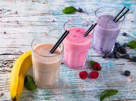 färsk frukt mjölkar skaka på trä foto