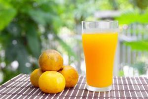 färsk apelsinjuice, hälsosam dryck. foto