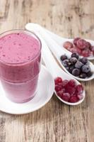 smoothies av svarta vinbär, röda vinbär och krusbär med yoghurt. foto