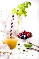 apelsinjuice och färgglada makron foto