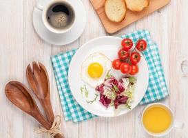 hälsosam frukost med stekt ägg, rostat bröd och sallad