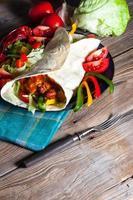 tortilla med chili con carne. foto