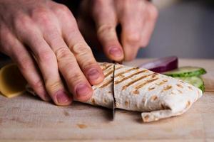 färsk hemlagad kycklingomslag tortilla foto