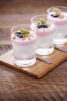 läcker dessert med frukt och flingor foto