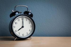 stilleben med vintage väckarklocka på träbord foto