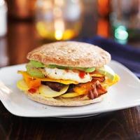 frukostsmörgås med ägg, bacon och avokado foto