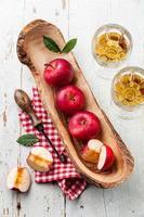 röda mogna äpplen och vintage core remover foto