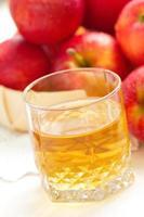 äppeljuice och röda äpplen foto