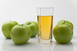 gröna äpplen och juice foto
