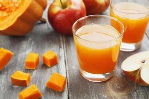 juice av äpplen och pumpor foto