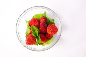 jordgubbar i skål foto