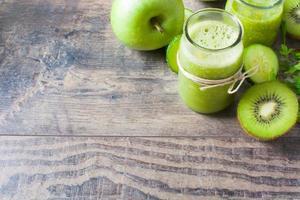 grön smoothie med gurka, kiwi och äpplen foto