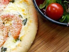 nybakad pizza foto