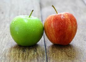 röd och grön äppelfrukt på träbakgrund foto