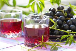 röda druvor och druvsaft foto