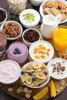 rik frukostbuffé med spannmål, yoghurt och frukt foto
